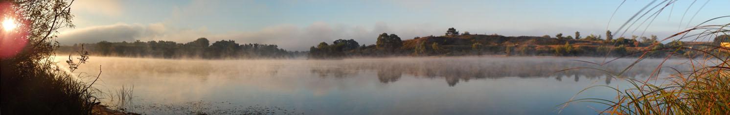Панорама затона - рано утром по воде стелется туман